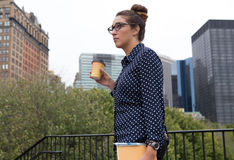 Молодой профессионал в сфокусированном городе, определенном и стоковые фото