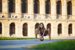Молодой профессиональный гимнаст с шариком Стоковые Изображения