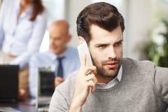 Молодой профессиональный говорить на мобильном телефоне Стоковая Фотография RF