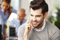 Молодой профессиональный говорить на мобильном телефоне Стоковые Фото