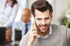 Молодой профессиональный говорить на мобильном телефоне Стоковая Фотография