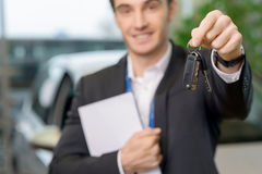 Молодой продавец поддерживает ключи автомобиля Стоковые Фото