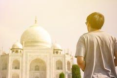 Молодой путешественник смотря и идя к Тадж-Махалу в Агре, Индии стоковое фото rf