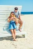 Молодой путешествовать пар, ослабляя на пляже в Нью-Джерси, США Стоковое Изображение