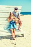 Молодой путешествовать пар, ослабляя на пляже в Нью-Джерси, США Стоковая Фотография RF