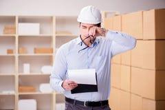 Молодой работник в почтовом офисе общаясь с пакетами Стоковая Фотография RF