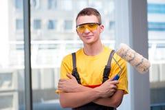 Молодой рабочий-строитель в желтых coveralls Стоковая Фотография RF