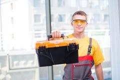 Молодой рабочий-строитель в желтых coveralls Стоковое фото RF