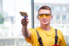 Молодой рабочий-строитель в желтых coveralls Стоковые Изображения