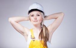 Молодой рабочий-строитель женщины построителя, отдыхая Стоковые Изображения