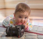 Молодой ребёнок играя с камерой Стоковое Изображение