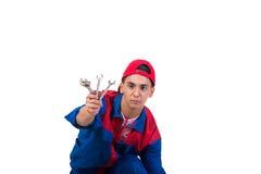 Молодой ремонтник при гаечный ключ ключа изолированный на белизне Стоковые Изображения RF