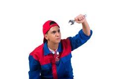 Молодой ремонтник при гаечный ключ ключа изолированный на белизне Стоковое Фото