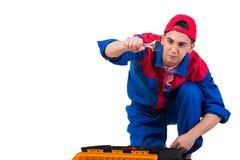 Молодой ремонтник при гаечный ключ ключа изолированный на белизне Стоковое Изображение