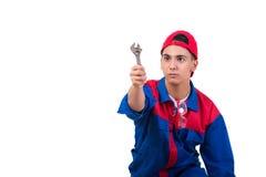 Молодой ремонтник при гаечный ключ ключа изолированный на белизне Стоковые Фотографии RF