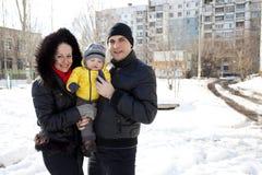 Молодой родитель пар с ребёнком Стоковые Фотографии RF