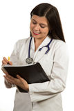 Молодой дружелюбный красивый женский доктор держа папку и усмехаться Стоковая Фотография