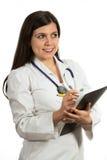 Молодой дружелюбный красивый женский доктор держа папку и усмехаться Стоковая Фотография RF