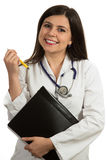 Молодой дружелюбный красивый женский доктор держа папку и усмехаться Стоковые Изображения