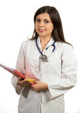 Молодой дружелюбный красивый женский доктор держа папку и усмехаться Стоковое фото RF