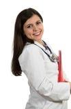 Молодой дружелюбный красивый женский доктор держа папку и усмехаться Стоковое Фото
