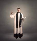 Молодой священник в давать его благословение Стоковое Изображение