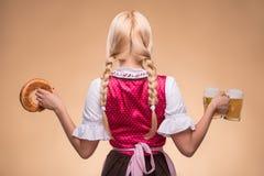 Молодой сексуальный белокурый нося dirndl Стоковое Изображение RF