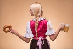 Молодой сексуальный белокурый нося dirndl Стоковые Фотографии RF