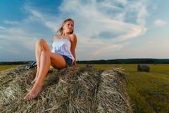 Молодой сексуальный белокурый представлять на стоге сена стоковая фотография rf