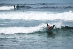 Молодой серфер на голубой океанской волне Стоковые Фотографии RF