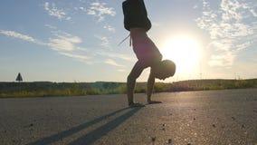 Молодой сильный человек показывая впечатляющую прочность, делая handstand внешний Подходящий мышечный мужской парень фитнеса дела сток-видео