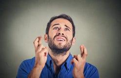 Молодой смешной парень, пальцы скрещивания бизнесмена, желать, надеясь для самое лучшее Стоковые Фотографии RF