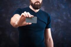 Молодой смешной человек с визитной карточкой на праздник 01 Стоковое фото RF