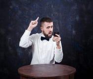 Молодой смешной человек с подарком подготавливает на праздник 03 Стоковые Фотографии RF