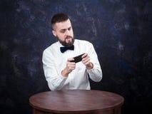 Молодой смешной человек с подарком подготавливает на праздник 04 Стоковые Фотографии RF