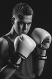 Молодой спортсмен боксера на черной предпосылке Стоковые Изображения