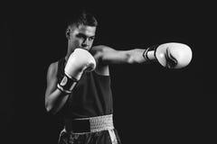 Молодой спортсмен боксера на черной предпосылке Стоковые Изображения RF