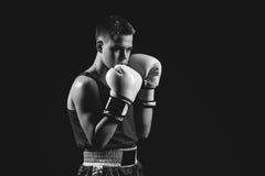 Молодой спортсмен боксера на черной предпосылке Стоковое Изображение