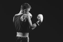 Молодой спортсмен боксера на черной предпосылке Стоковая Фотография