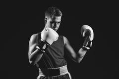 Молодой спортсмен боксера на черной предпосылке Стоковое Фото