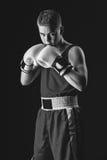 Молодой спортсмен боксера на черной предпосылке Стоковое Изображение RF