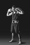 Молодой спортсмен боксера на черной предпосылке Стоковые Фото