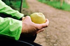 Молодой спортсмен есть яблоко стоковые изображения rf