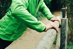 Молодой спортсмен делая уклон нажим-поднимает стоковое фото rf
