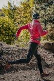 Молодой спортсмен при широкие шаги бежать вдоль следа леса Стоковые Фотографии RF