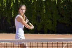 Молодой спортсмен тенниса готовый для того чтобы возвратить шарик Стоковое Фото