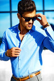 Молодой стильный красивый модельный человек Стоковые Изображения RF
