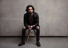 Молодой стильный человек на стуле Стоковое Изображение