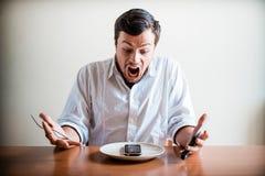 Молодой стильный человек с белыми рубашкой и телефоном на блюде Стоковое Изображение