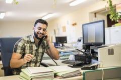 молодой стиль человека битника 30s работая на офисе Стоковые Изображения RF